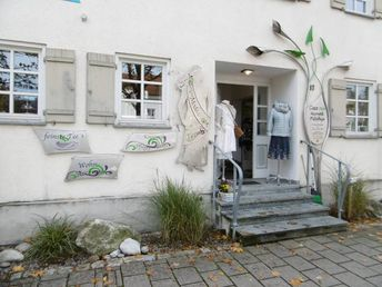 mo-metallgestaltung, localer Metallgestalter und Künstler verziert örtliches Geschäft mit Edelstahl Fassaden gestaltung, Schrott kann auch Edelstahl sein auf golocal.de