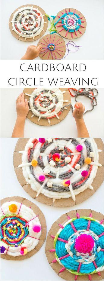 Cercle en carton tissant avec des enfants. Amusant art de fils recyclés!