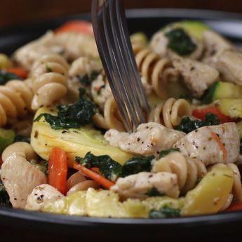 Meal-Prep Garlic Chicken And Veggie Pasta