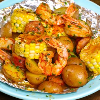 This easiest Shrimp Boil Foil Packets that come together in 20 minutes. Alt:! Shrimp, potatoes and veggies are baked in foil, which makes it moist, tender, and juicy. It takes only 20 minutes. Plus clean up is a breeze!  Quick and Easy dinner recipe. Video recipe.