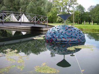 Kunst und Wasser , getriebene feuerferzinktes farbbehandelte Bleche in der Form eines Gehirn, Inspirierte den Künstler Mirko Siakkou-Flodin den Nürnberger Trichter wieder neu zu interpretieren, so können die Lindauer Denkfabrik Ingenieure Neue Projekte ersinnen auf golocal.de