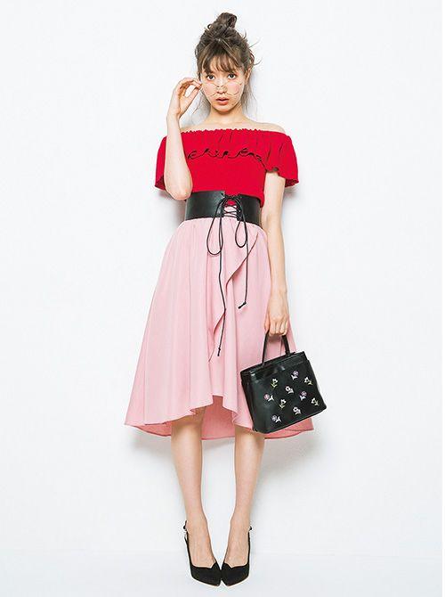 赤いトップスにピンクのスカートの八木アリサ