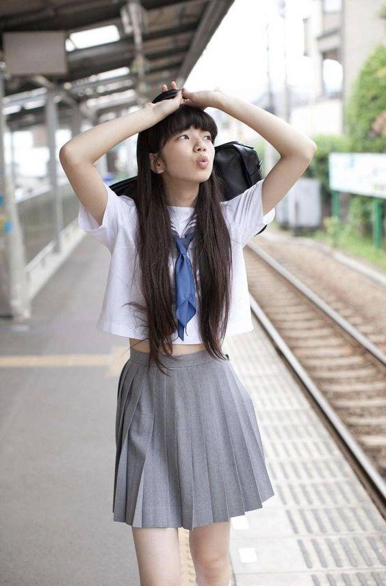 駅のホームとオシャレで可愛い小松菜奈