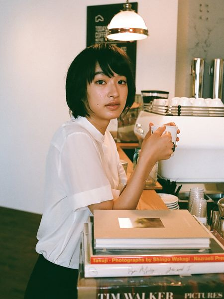 カフェでお茶をする可愛い門脇麦