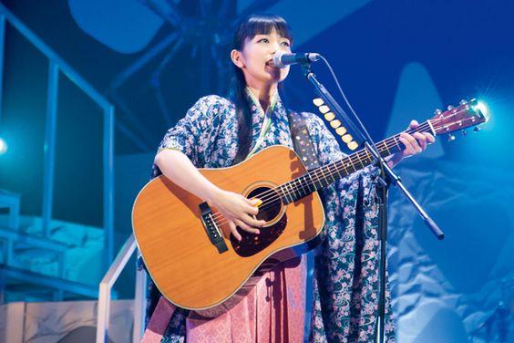 ライブで弾き語りをするmiwa