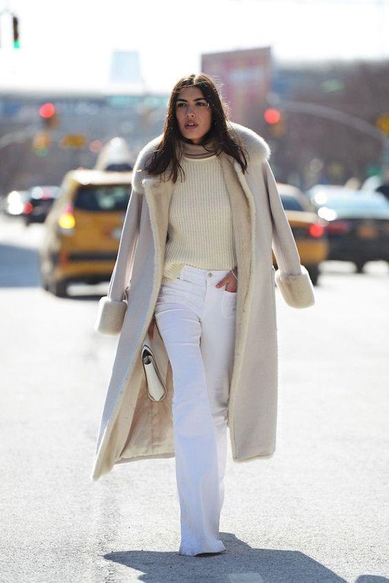 Белые джинсы зимой: как выглядеть уместно и стильно?