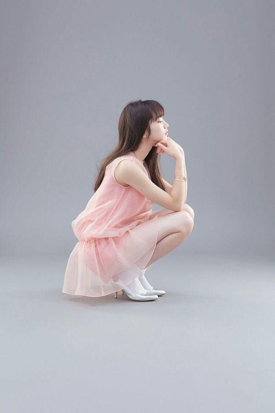ピンクのレーススカートのオシャレで可愛い小松菜奈