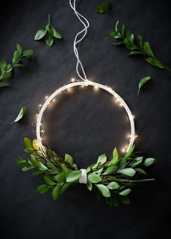 DIY Wireless Twinkle Wreath | The Uncommon Common Law | Bloglovin' #christmaslightsideas