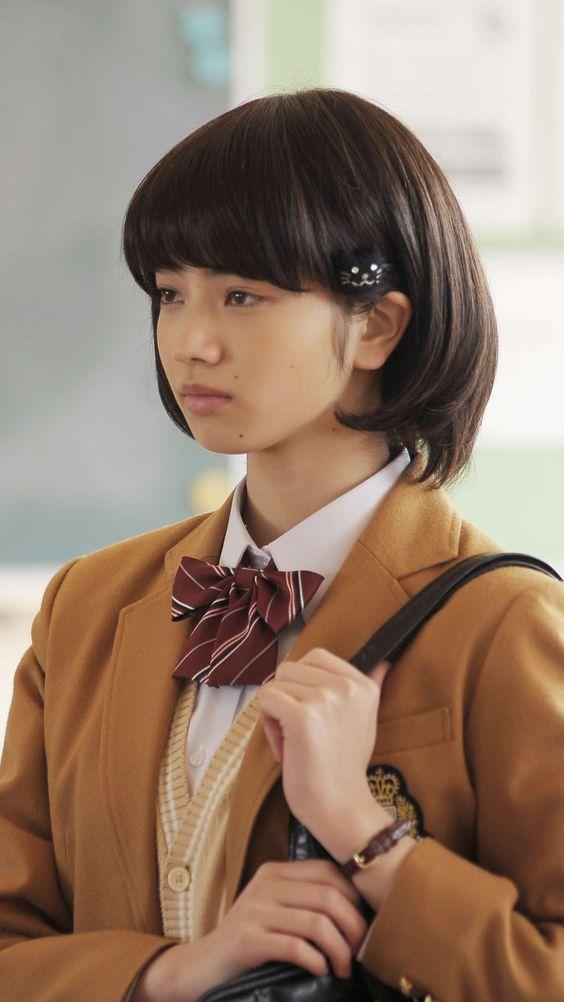 茶色い制服のオシャレで可愛い小松菜奈
