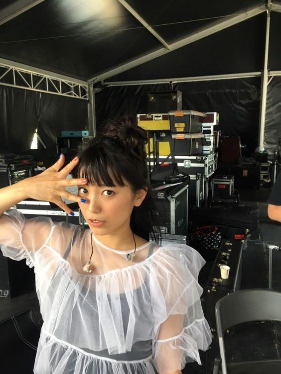 レース素材の衣装を着たmiwa