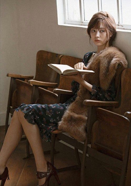 本を読む八木アリサ