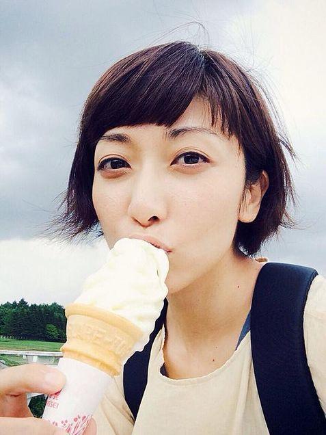 ソフトクリームを食べるEvery Little Thing持田香織