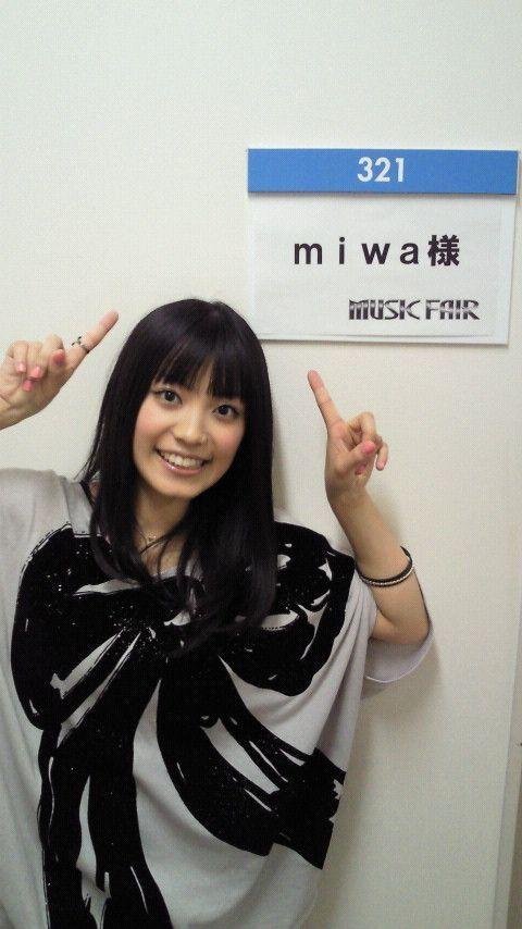 リボン柄のトップスを着たmiwa