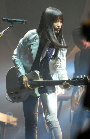 前かがみでギターを弾くmiwa