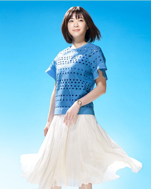 青いトップスに白いスカートの上野樹里