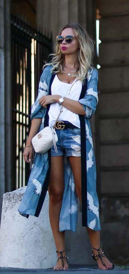 Áo khoác dáng dài kimono hoạ tiết kết hợp với short jeans và áo camisole trắng