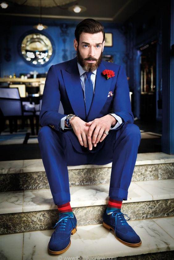 ブルースーツに赤の映えるスーツ着こなし