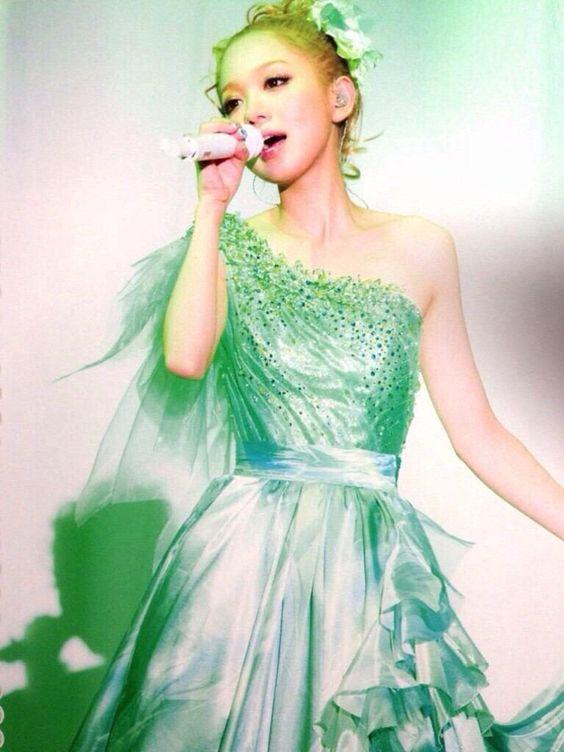 緑色のドレスの西野カナ