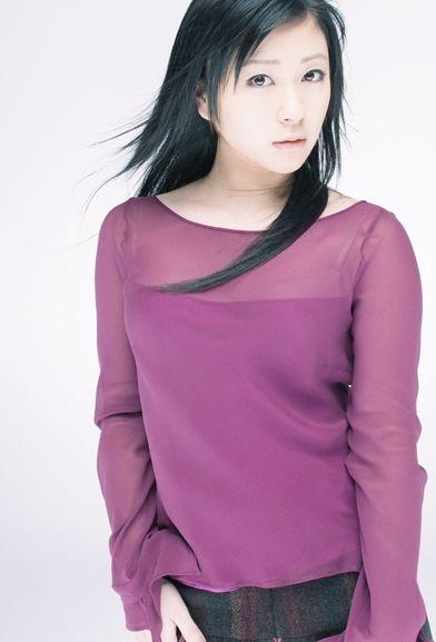 紫色のトップスにロングヘアの宇多田ヒカル
