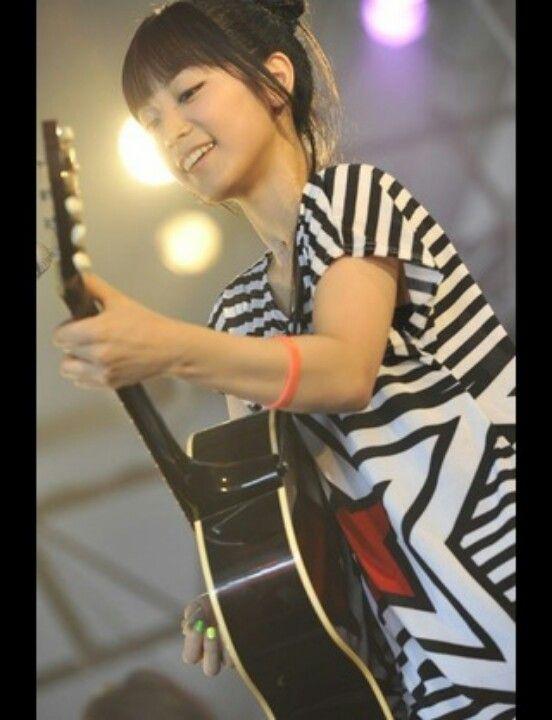 ギターを演奏するボーダーシャツのmiwa