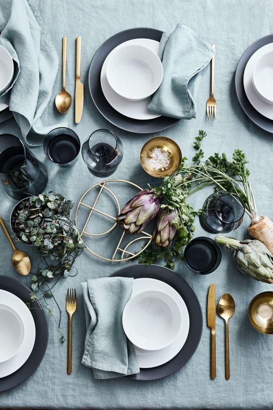 Démonstration d'art de la table avec une table joliment dressée