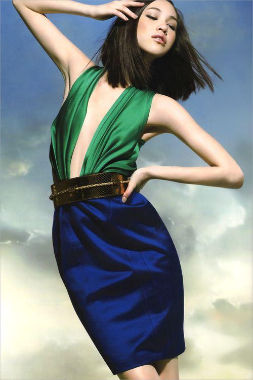 緑と黒の服のかっこいい水原希子
