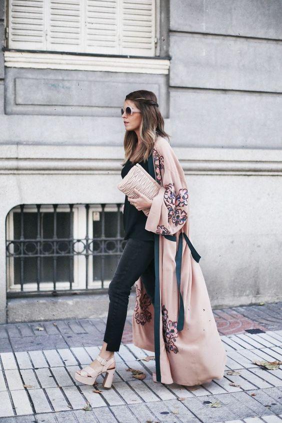Áo khoác dáng dài kimono kết hợp quần jeans và giày cao gót