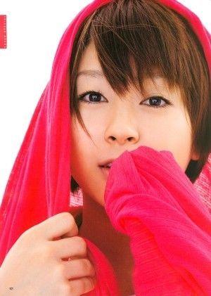 赤いパーカーの宇多田ヒカル
