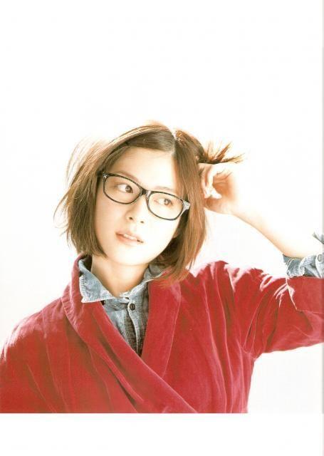 赤い服にメガネの上野樹里