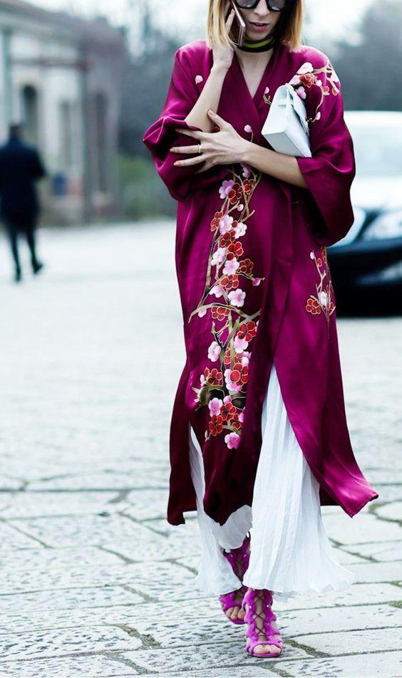 áo khoác dáng dài kimono lụa thêu hoa kết hợp với quần xếp ly màu trắng và giày hồng