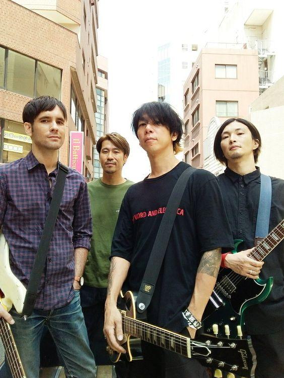 MONOEYESメンバーとギターを持つかっこいい細美武士