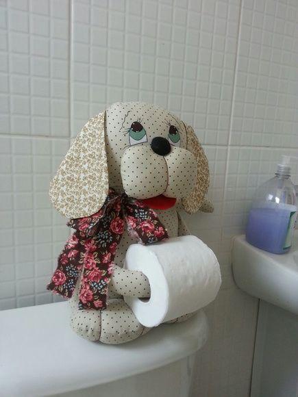 Cachorro Porta Papel Higiênico, feito para decorar seu banheiro ou lavabo. Temos outras cores e estilos de roupas, tudo para combinar ao máximo com você. Altura Aproximada: 40cm - 7C3554