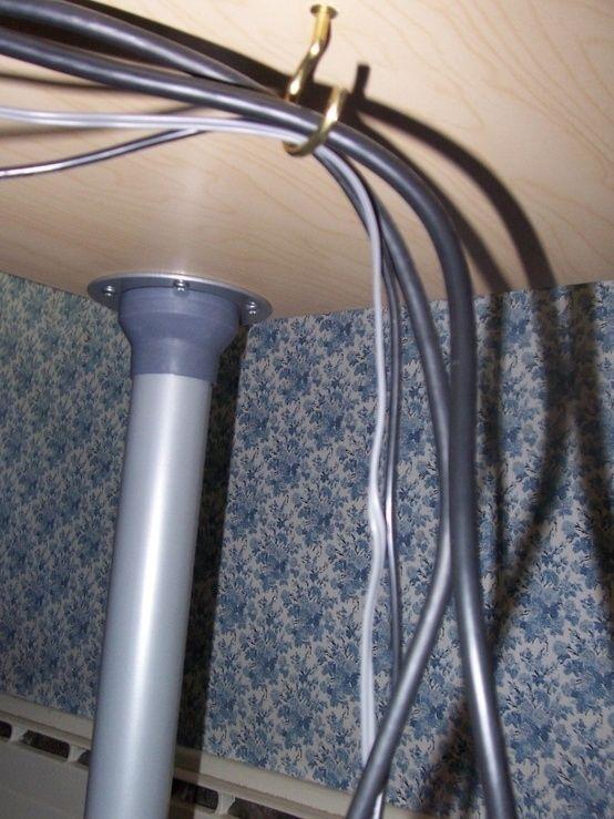 Attaccare un piccolo gancio sotto la scrivania per tenere lontane le corde. | 30 modi per trasformare istantaneamente il tuo spazio di lavoro