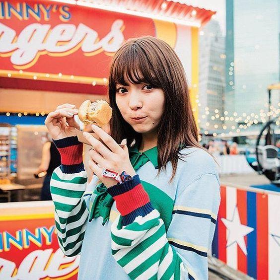 ハンバーガーを持つ八木アリサ
