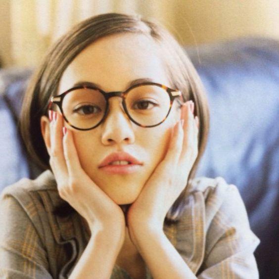 外国の少女のような眼鏡のかっこいい水原希子