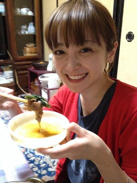 すき焼きを食べる安達祐実