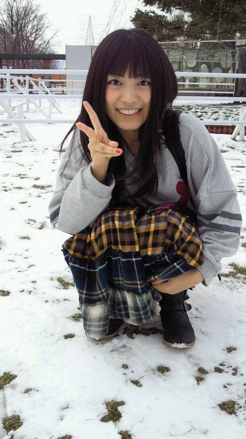 雪の上でピースをするmiwa