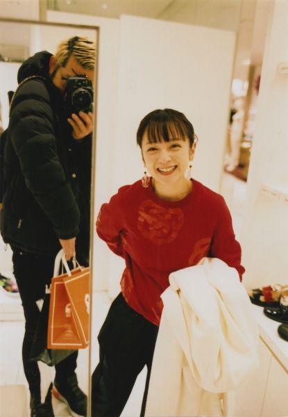 赤いセーターで笑顔の安達祐実