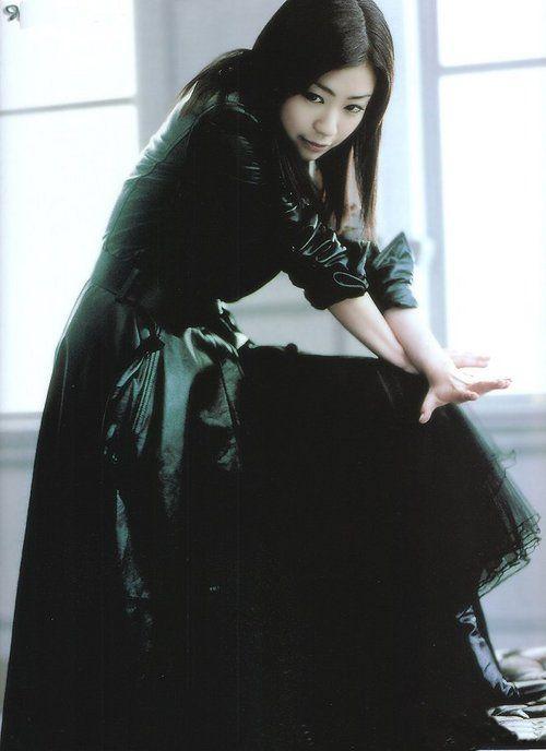 黒い衣装を着たロングヘアの宇多田ヒカル