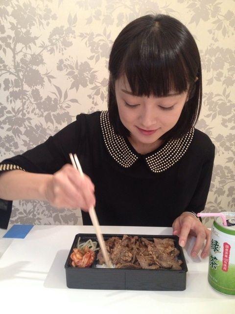 焼肉弁当を食べる安達祐実