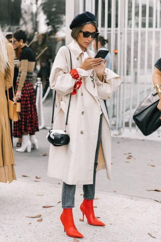 Áo khoác dáng dài màu sữa kết hợp với quần jeans, boots đỏ và khăn đỏ