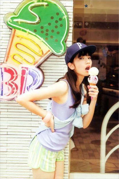 アイスクリームを食べるオシャレで可愛い小松菜奈