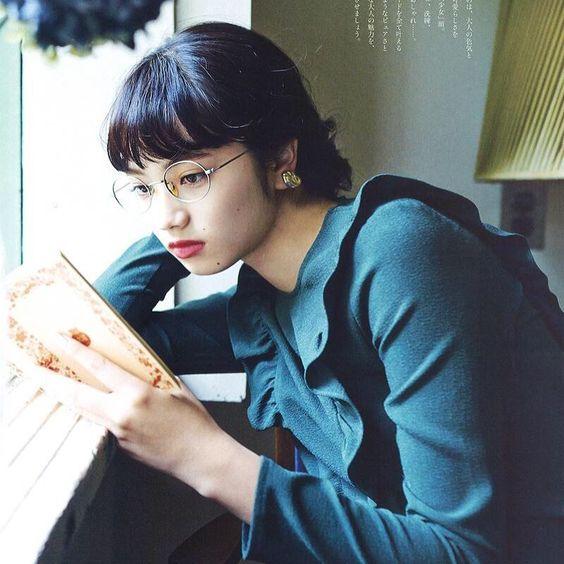 眼鏡をかけて本を読むオシャレで可愛い小松菜奈