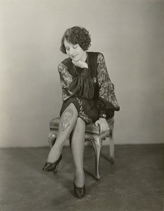 Неизвестный автор. Актриса Эстель Кларк с портретом своего жениха, напечатанным на чулке США 1920-е