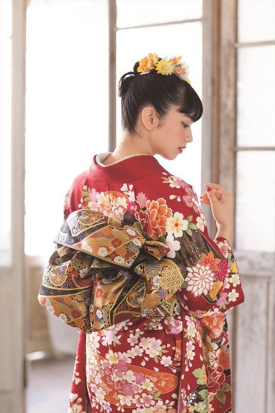 赤い着物のオシャレで可愛い小松菜奈