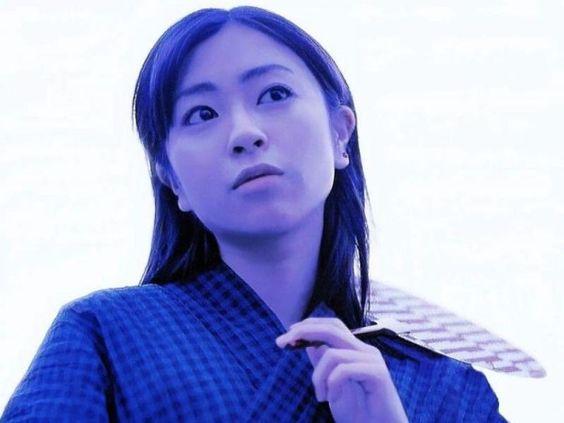 浴衣にうちわの宇多田ヒカル
