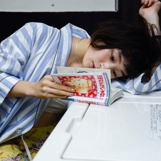 漫画を読む水曜日のカンパネラ・コムアイ