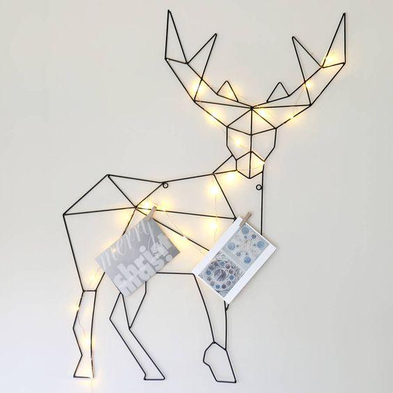 Titolare della carta renna. Striking decorazione porta carte di credito con ghirlanda luminosa in filo di rame. Mostra una bella selezione di biglietti natalizi con questo porta carte di metallo in renna.