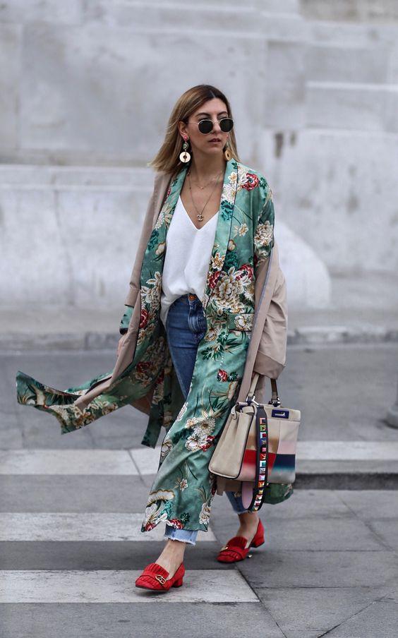 Áo khoác dáng dài kết hợp cùng áo khoác dáng dài khác màu và hoạ tiết