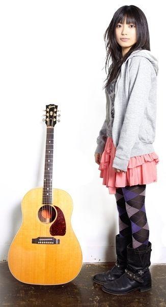 ギターと並ぶmiwa